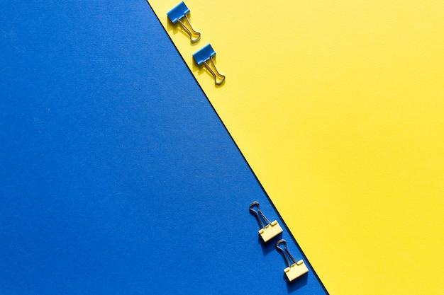 Conjunto de clipes de papel coloridos com espaço de cópia