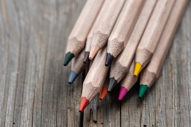 Conjunto de close-up de lápis de cor para desenhar no fundo desfocado.