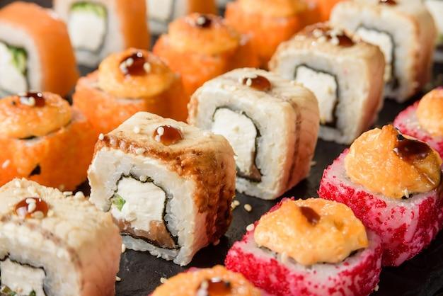 Conjunto de close-up de rolos diferentes. comida tradicional japonesa.