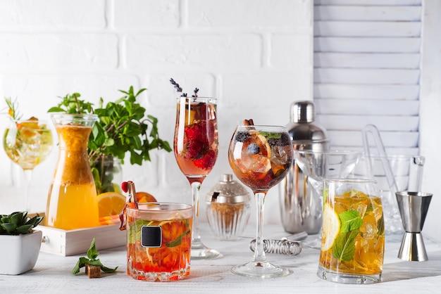 Conjunto de cocktails clássicos com acessórios de bar em backgorund de madeira branco