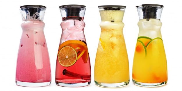 Conjunto de cocktails clássicos isolado no branco