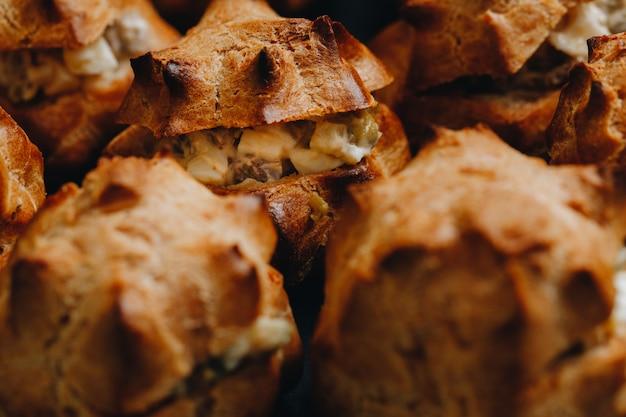Conjunto de coffee-break no hotel durante a reunião da conferência, com serviço de chá e café, mesa de banquete decorada com variedade de diferentes tipos de pastelaria e padaria, com croissants e biscoitos