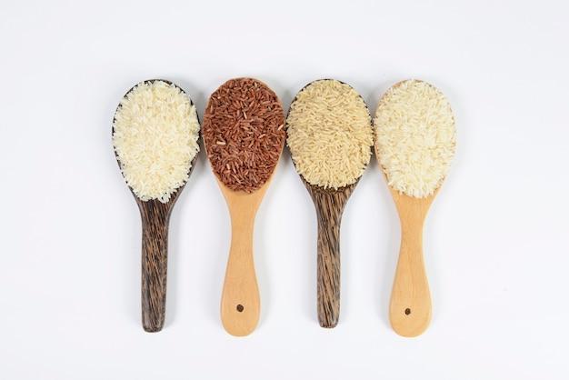 Conjunto de coleta de arroz na concha na textura de madeira