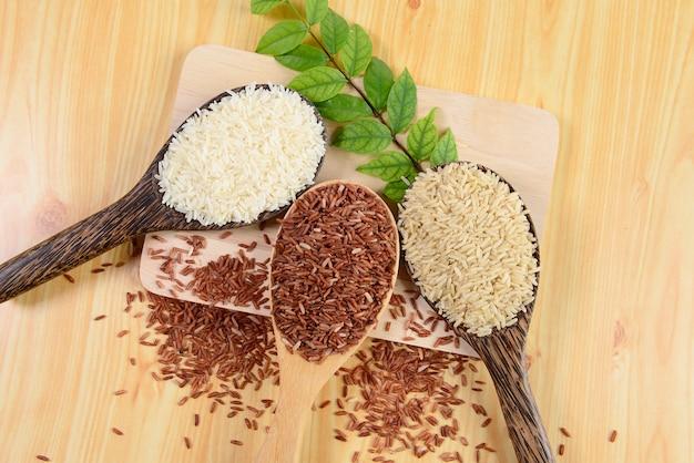 Conjunto de coleta de arroz na madeira.