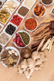Conjunto de coleta de cravo, anis, alcaçuz, crisântemo, cogumelo lingzhi, jujuba, goji, cártamo