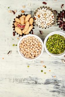 Conjunto de coleta de feijão e legumes. tigelas de várias lentilhas