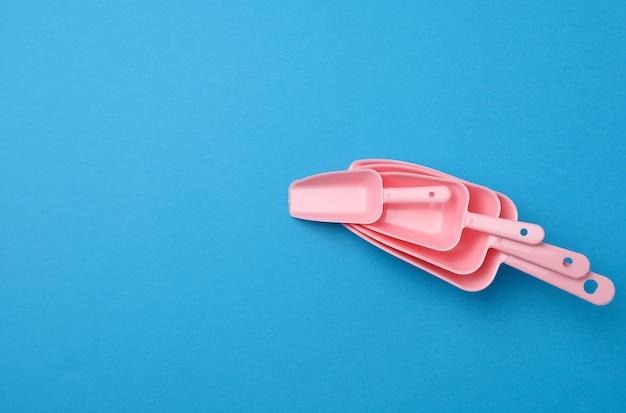 Conjunto de colheres de cozinha de plástico rosa para produtos a granel, disposição plana