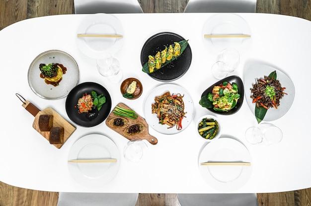 Conjunto de comida chinesa sortida. macarrão, arroz frito, bolinhos, pato à pequim, dim sum, rolinhos primavera.