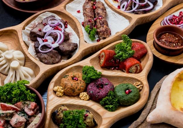 Conjunto de comida cozinha georgiana. restaurante georgiano.