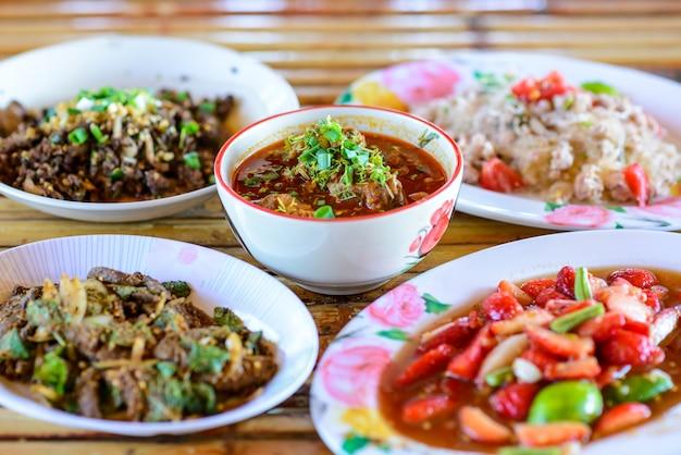 Conjunto de comida tailandesa tradicional do norte, chiang mai, tailândia