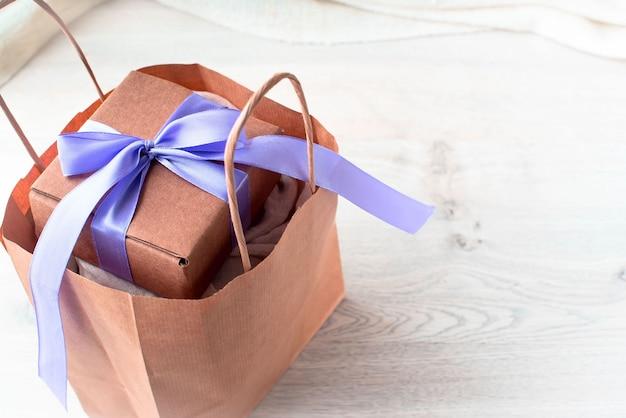 Conjunto de compras para mulheres em embalagens kraft.