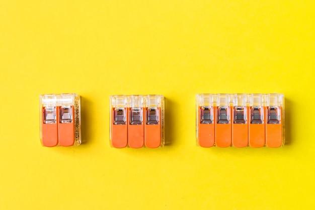 Conjunto de conector de emenda compacto isolado em fundo amarelo. componentes eletrônicos