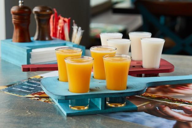 Conjunto de conjuntos de bebidas alcoólicas em estante de madeira para o cardápio de bebidas do restaurante ou bar