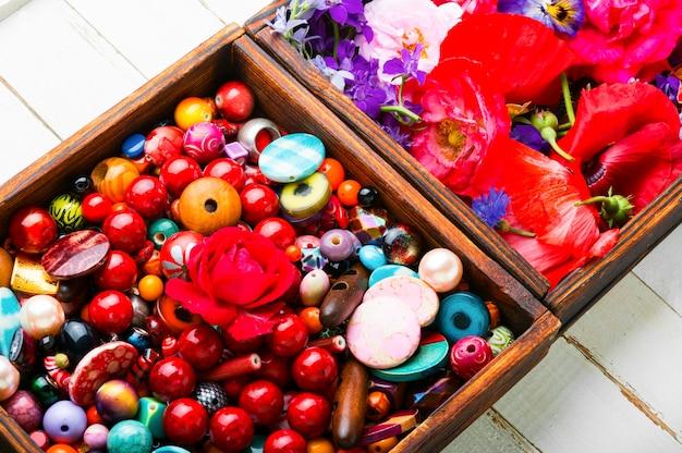 Conjunto de contas brilhantes para confecção de joias.