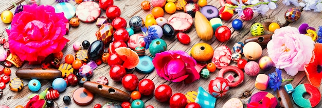 Conjunto de contas brilhantes para fazer bijuteria. conta colorida