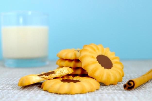 Conjunto de cookies e canela na mesa, biscoitos de chocolate, padaria em fundo vintage