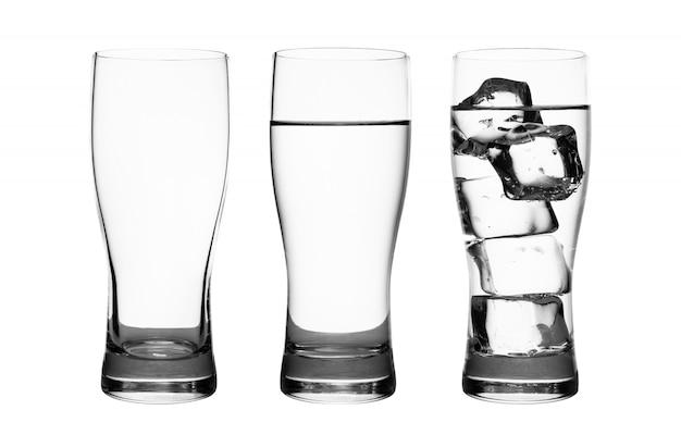 Conjunto de copo de bebida com água e cubos de gelo isolado no branco puro