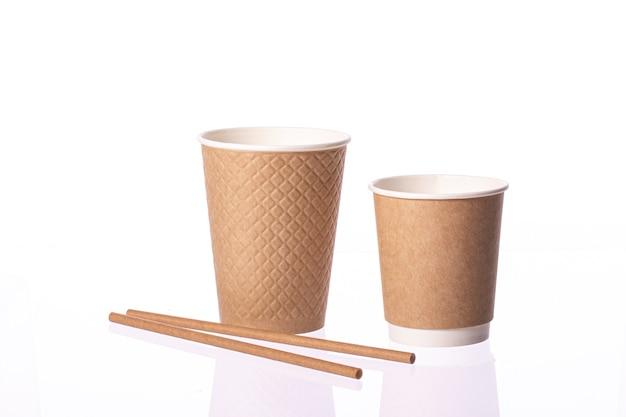 Conjunto de copo de café de papel descartável take away com canudos de papel