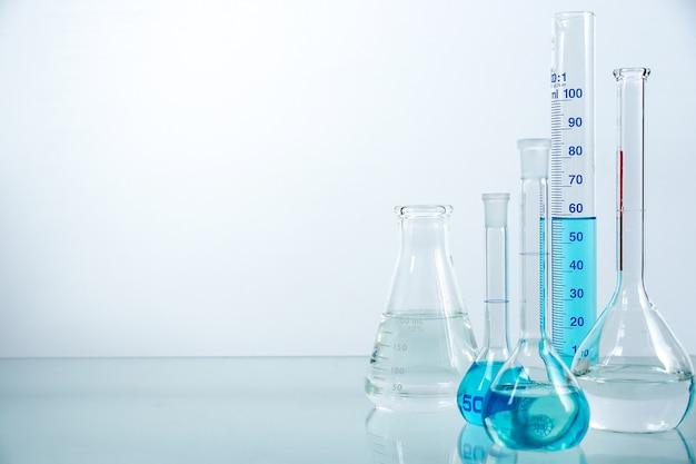 Conjunto de copo de vidro de laboratório cheio de líquido de cor diferente. Foto Premium