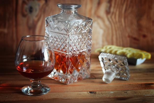 Conjunto de copo e garrafa de conhaque com álcool