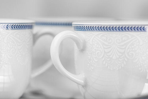 Conjunto de copos brancos limpos localizados na prateleira