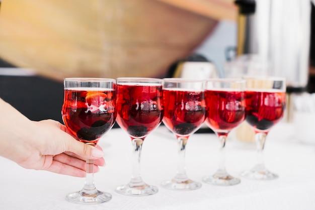 Conjunto de copos com álcool em uma mesa