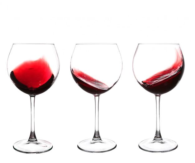 Conjunto de copos com vinho tinto