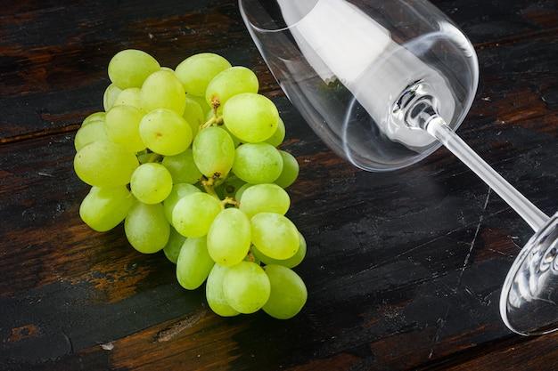 Conjunto de copos de vinho com uvas, na velha mesa de madeira escura