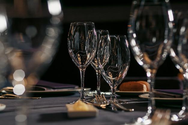 Conjunto de copos vazios no restaurante