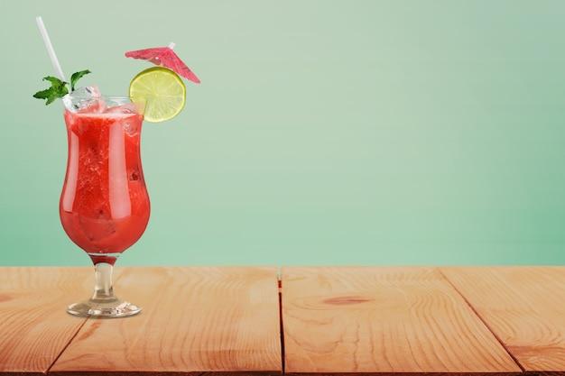 Conjunto de coquetéis refrigerantes e long-drinks na frente do fundo branco