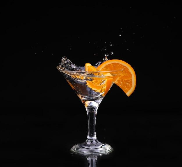 Conjunto de coquetel de vermute dentro de taças de martini sobre fundo escuro