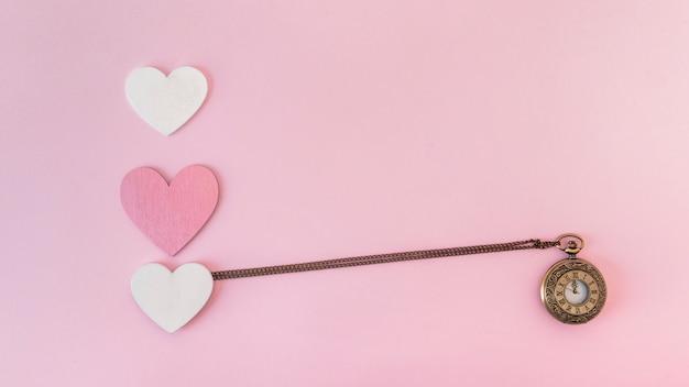Conjunto de corações de papel de ornamento e relógio de bolso