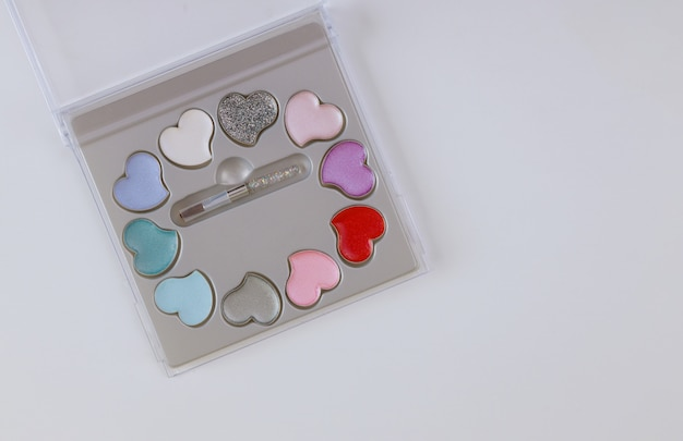 Conjunto de cosméticos de paleta de sombra maquiagem para olhos isolados sobre a mesa branca