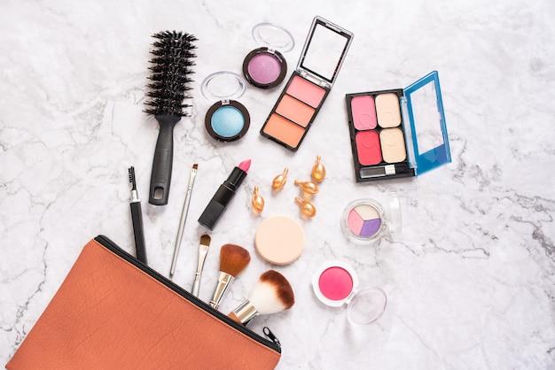 Conjunto de cosméticos decorativos e acessórios femininos