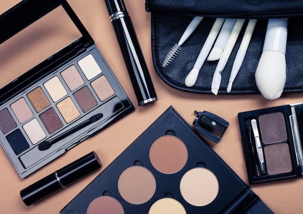 Conjunto de cosméticos decorativos em fundo de cor clara
