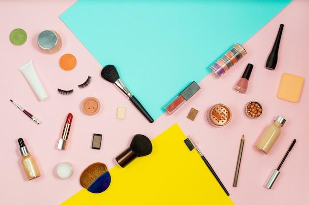 Conjunto de cosméticos decorativos na cor de fundo. fundo de ferramentas de cosméticos maquiagem