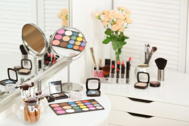 Conjunto de cosméticos decorativos na mesa