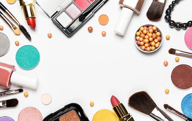 Conjunto de cosméticos decorativos, produtos de maquiagem no fundo branco, vista superior