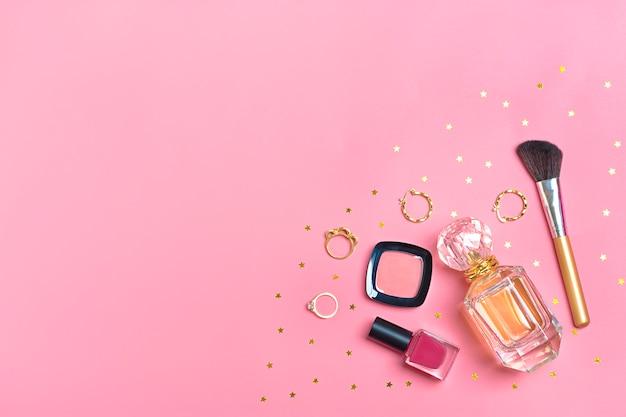 Conjunto de cosméticos e acessórios - batom, sombra, esmalte, escova, blush