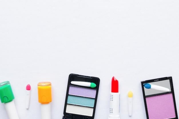 Conjunto de cosméticos para maquiagem em fundo branco