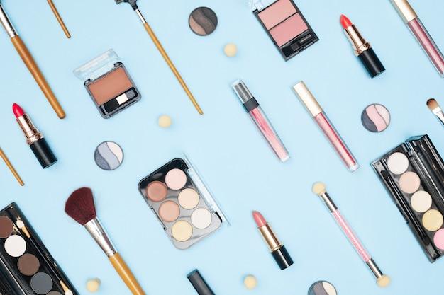 Conjunto de cosméticos profissionais, ferramentas de maquiagem e acessórios em fundo azul, beleza, moda, conceito comercial, la plana. foto de alta qualidade
