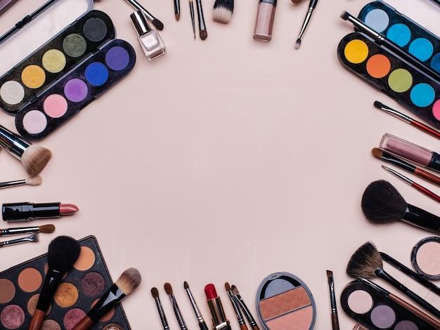 Conjunto de cosméticos profissionais, ferramentas de maquiagem e acessórios para a beleza das mulheres