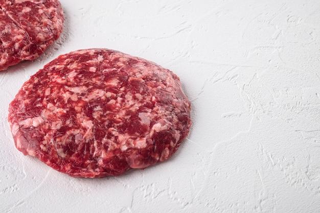 Conjunto de costeleta de carne picada de carne, em pedra branca