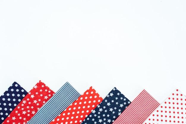 Conjunto de costura: tecidos e fios na mesa de madeira