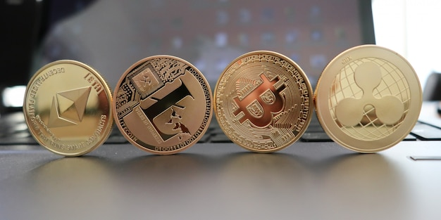 Conjunto de criptomoedas com um bitcoin dourado, etherium, ripple, neo, litecoin