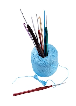 Conjunto de crochê de gancho. novelo com diferentes tamanhos de ganchos de crochê, isolados no fundo branco.
