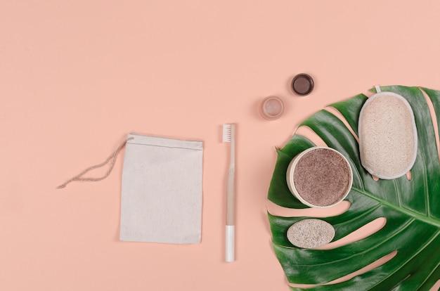 Conjunto de cuidados diários de produtos ecológicos na folha tropical monstera. desperdício zero