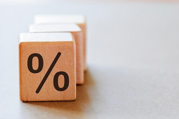 Conjunto de dadinhos de madeira com o símbolo de porcentagem