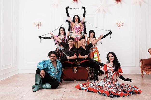 Conjunto de dança cigana profissional posando no palco. foto com espaço de cópia