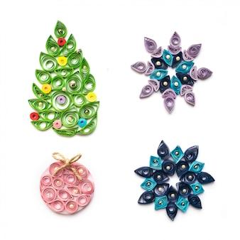 Conjunto de decoração de natal e ano novo em quilling técnica isolada no branco
